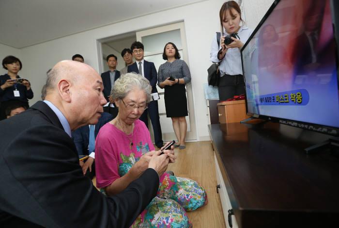 이효성 방송통신위원장(맨 왼쪽)이 13일 시·청각장애인TV 보급제품이 개인가정에 전달되는 현장을 찾았다.