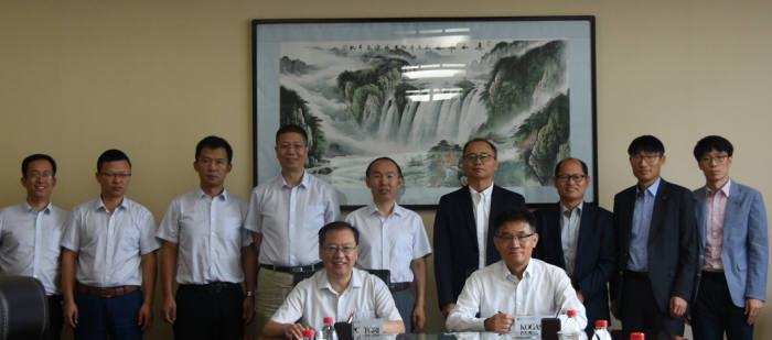 이성민 가스공사 가스연구원장(앞줄 오른쪽)과 리우와수 CNPC 배관연구원장이 양해각서 교환 후 기념촬영했다.