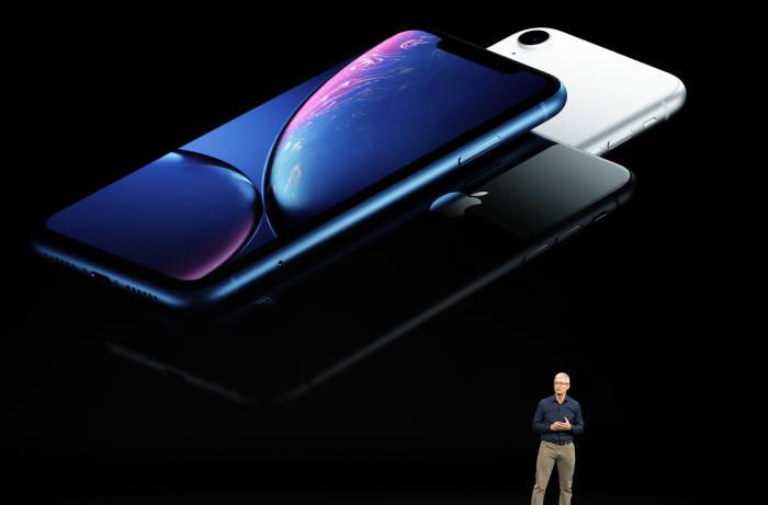 팀 쿡 애플 최고경영자(CEO)가 12일(현지시간) 미국 캘리포니아주 쿠퍼티노의 스티브 잡스 극장에서 열린 애플의 아이폰 언팩 행사에서 신형 아이폰XR를 소개하고 있다.