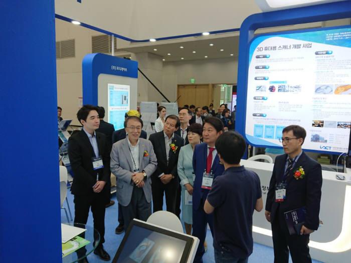 경북대학교 첨단정보통신융합산업기술원이 대한민국 ICT융합 엑스포에서 6개 기업과 함께 공동관을 꾸려 참여했다. 권영진 대구시장이 공동관을 둘러보고 있다.