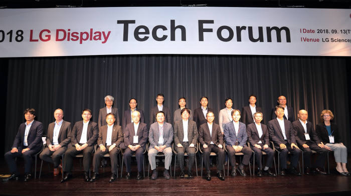 LG디스플레이가 마곡 LG 사이언스파크에서 2018 LG디스플레이 테크포럼(Tech Forum)을 열고 글로벌 협력사 11개사와 상호 협력을 다짐했다. (앞줄 왼쪽 네번째부터) 스미모토 타카나리 야마구치 사업부장, 니치아 히로시 카마다 부부문장, LG디스플레이 한상범 부회장, 제이에스알 노부오 카와하시 최고기술책임자, 제이엔