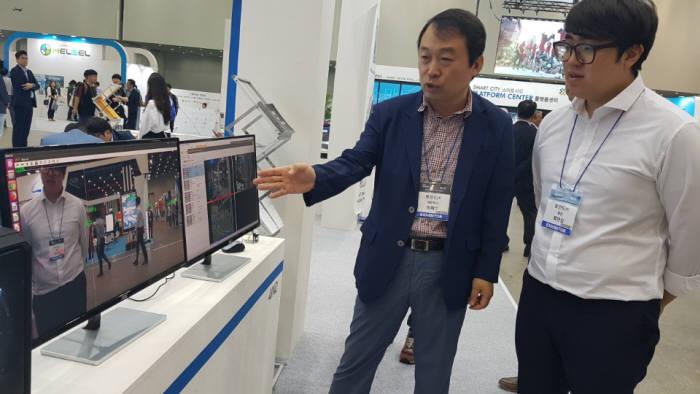 이채수 포인드 대표(왼쪽)가 ICT융합엑스포에서 자사가 개발한 지능형 CCTV 관제솔루션 봄AI 기능에 대해 설명하고 있다.