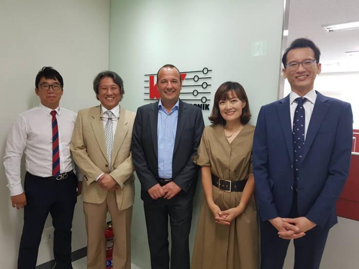 토마스 슈럿 독일 뷔르트일렉트로닉스 대표(왼쪽 세 번째)가 한국사무소를 개소한 이후 관계자들과 기념촬영했다.