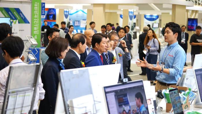 대한민국 ICT 융합 엑스포에서 권영진 대구시장이 리모트미팅 설명을 듣고 있다. 알서포트 제공