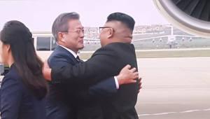 [평양정상회담]11년 만에 평양서 만난 정상, 악수 아닌 '포옹'으로 환영(속보)
