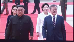 """[평양정상회담]외신 문대통령 도착 소식 타전, """"공항서 수많은 북한주민들 환영"""""""