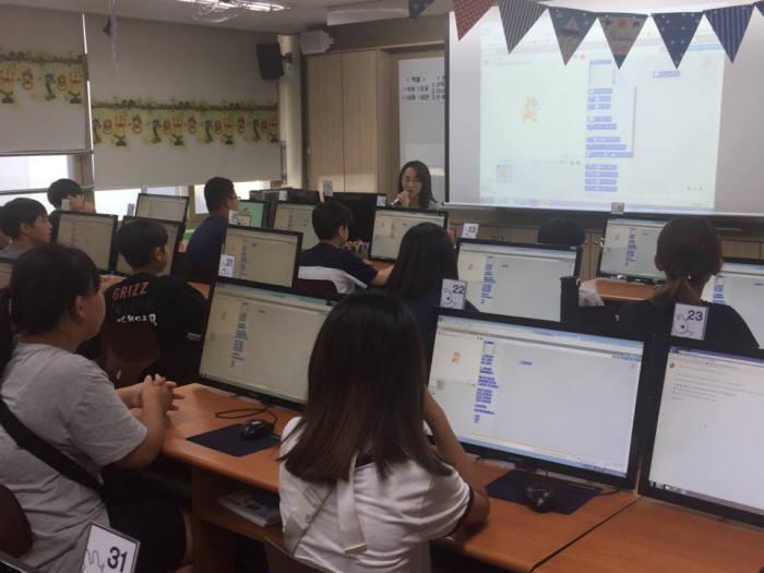 인천TP와 전자신문이 주최한 창의융합형 인재양성을 위한 주니어 SW교육에 참가한 한 인천 남부초 학생이 블록코딩 수업을 듣고있다.
