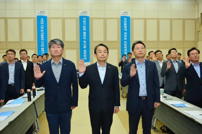 이학수 한국수자원공사 사장(가운데)과 임직원이 국민을 위한 물관리 혁신 실천을 서약했다.