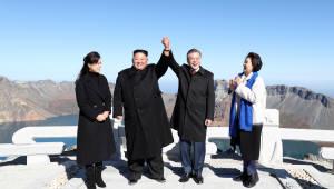 [평양정상회담] 문재인 대통령·김정은 위원장, 백두산 함께 올라