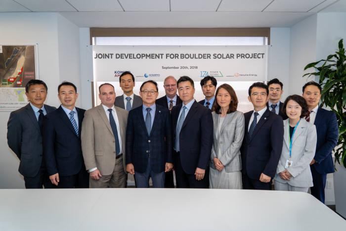 한화에너지와 한국중부발전 관계자들이 볼더솔라 Ⅲ 태양광 공동개발 협약 체결후 기념촬영했다.