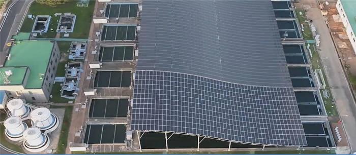 태양광발전설비가 설치된 안산정수장 침전지 상부. [자료:환경부]