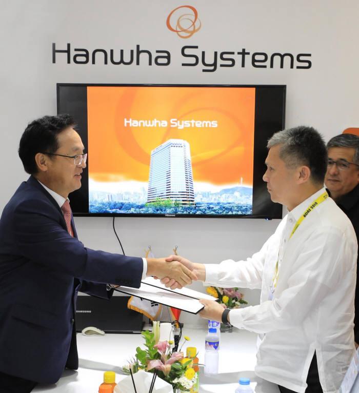 한화시스템이 필리핀 정부에 태풍 피해 복구 성금을 전달했다. 27일 필리핀 현지에서 장시권 한화시스템 시스템부문 대표(왼쪽)가 리카르도 잘라드 필리핀 민방위청장(차관급)에게 성금을 전달하고 있다. 한화시스템 제공