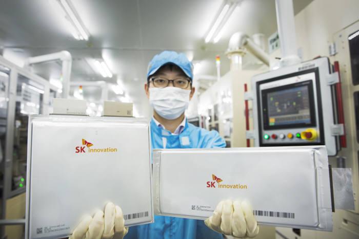 배터리 셀을 들고 있는 SK이노베이션 서산공장 연구원. (사진=SK이노베이션)