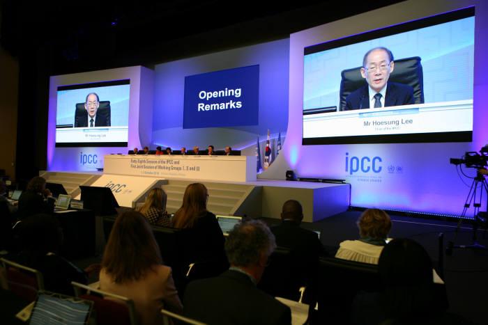 인천 송도컨벤시아에서 열린 제48차 IPCC 총회 개회식에서 이회성 의장이 인사말했다. [자료:기상청]