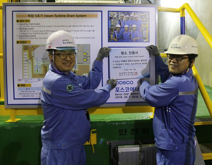 박기홍 사장(왼쪽)이 QSS+ 혁신 현장을 방문하여 명소 인증패를 수여했다.