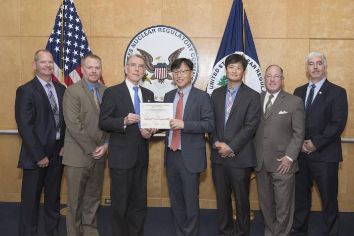지난 9월 28일 한수원은 미국원자력규제위원회(NRC)로부터 APR1400 설계에 대한 표준설계승인서(SDA)를 받았다. (왼쪽에서 세번째)미국원자력규제위원회(NCR) Frederick Brown 신형원자로 국장, (왼쪽에서 네번째)한수원 워싱턴DC센터 안대근 센터장
