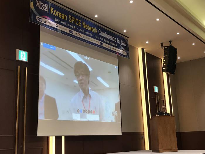지 아베(Shuji Abe) NSPICE 네트워크 위원회 위원이 5일 제주 서귀포시 부영호텔에서 개최된 제 3회 KSPICE 네트워크 컨퍼런스에서 일본에서 진행 중인 NSPICE 세미나에 화상 연결을 시연하고 있다.