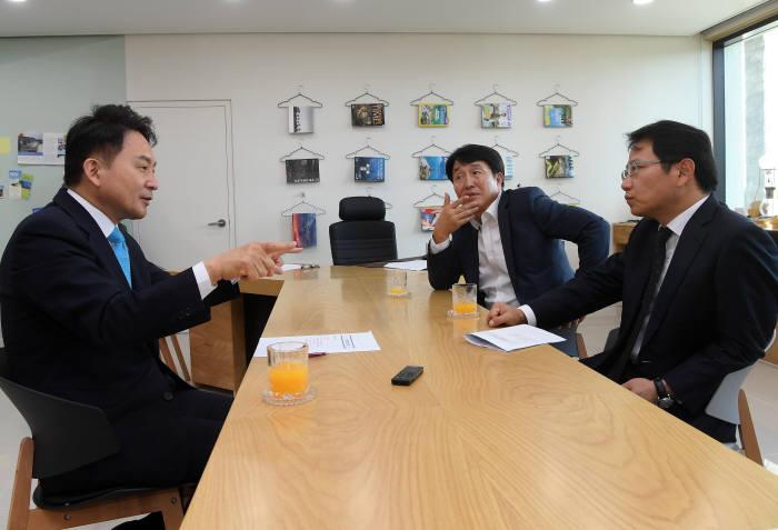전자신문 김상용 편집국장(가운데)과 홍기범 경제금융증권부장(오른쪽)이 원희룡 제주도지사와 대화를 나누고 있다.