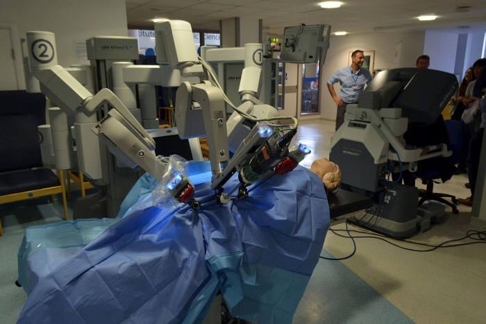 수술로봇 다빈치의 수술 시연 모습. (출처: wikipedia)