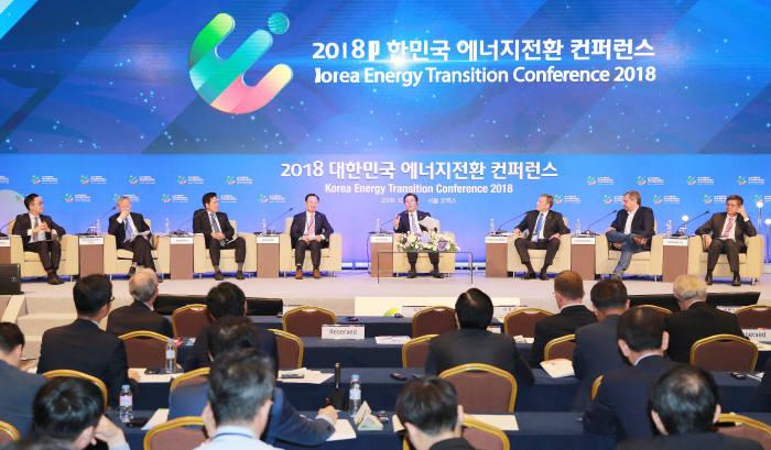 성윤모 산업부 장관(오른쪽 네번째)이 국내외 기업 대표들과 2018 대한민국 에너지전환 컨퍼런스 에너지신산업 비즈니스 다이얼로그를 진행하고 있다.