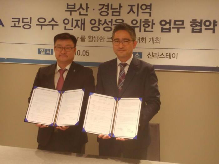 이상봉 부산정보기술협회장(왼쪽)과 한태희 에쓰씨케이 상무는 6일 코딩 우수인재 양성 업무협약을 체결했다.