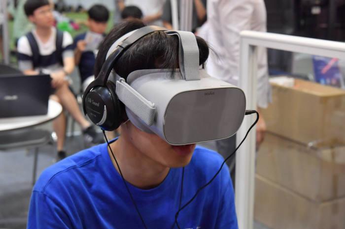 VR을 체험하고 있는 이용자