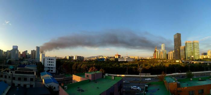 고양시 송유관공사 저유소 화재로 발생한 연기가 여의도 증권가를 지나가고 있다.