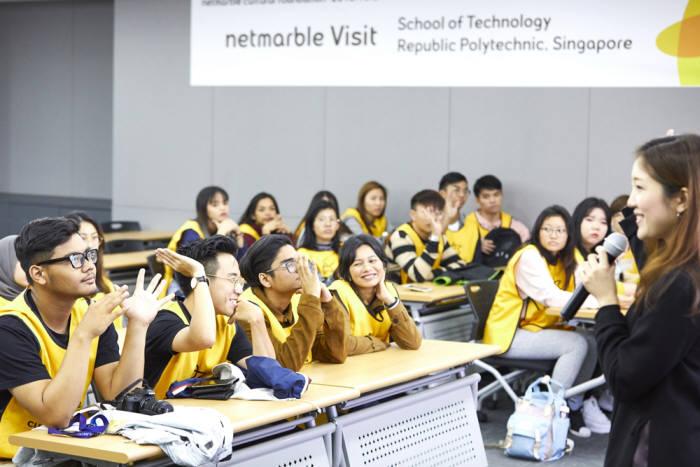 싱가포르 리퍼블릭 대학교 학생들이 넷마블견학프로그램에 참가하고 있다. 사진=넷마블