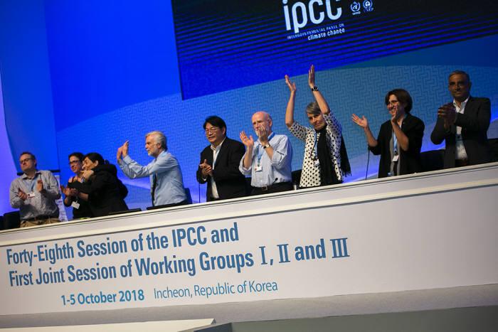 인천 송도컨벤시아에서 열린 제48회 IPCC 총회에서 6일 오후 1.5℃ 특별보고서를 승인한 직후 공동 의장들이 환호하고 있다. [자료:기상청]