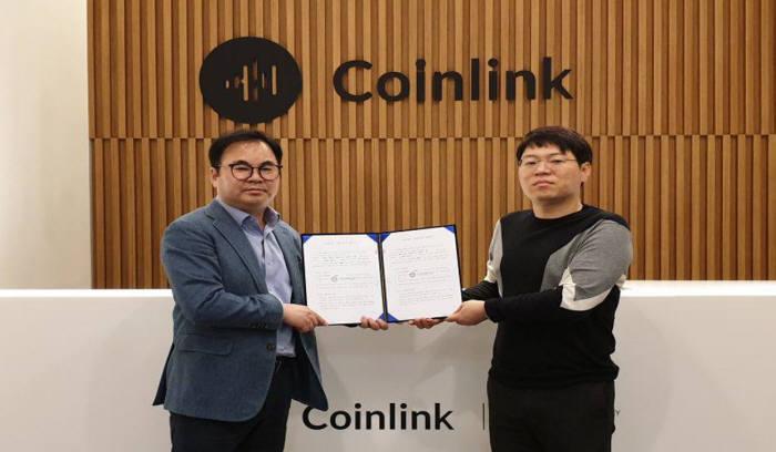 윤재영 스페로파트너스 대표(왼쪽)와 장동현 코인링크 대표가 상장 협약을 체결했다.