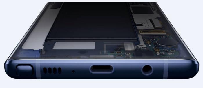 삼성전자 노트9 하단부. 가운데 USB-C 타입 포트 오른쪽으로 이어폰잭이 달려 있다.(출처: 삼성전자 홈페이지)