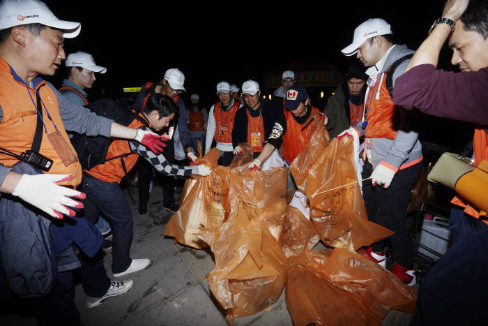 지난 6일 서울 여의도에서 한화 임직원을 포함한 시민자원봉사자 1400명이 밤늦게까지 쓰레기를 수거하며 클린캠페인을 펼쳤다. [자료:한화그룹]