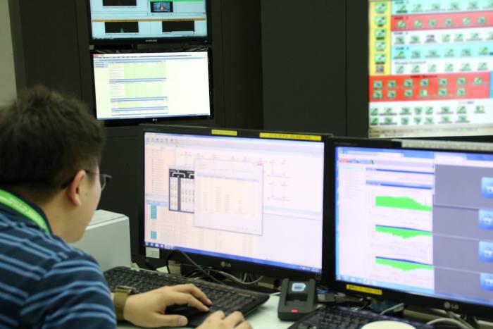 KINX 직원이 서울 도곡동 데이터센터 종합관제실에서 클라우드 익스체인지 환경을 점검하고 있다.