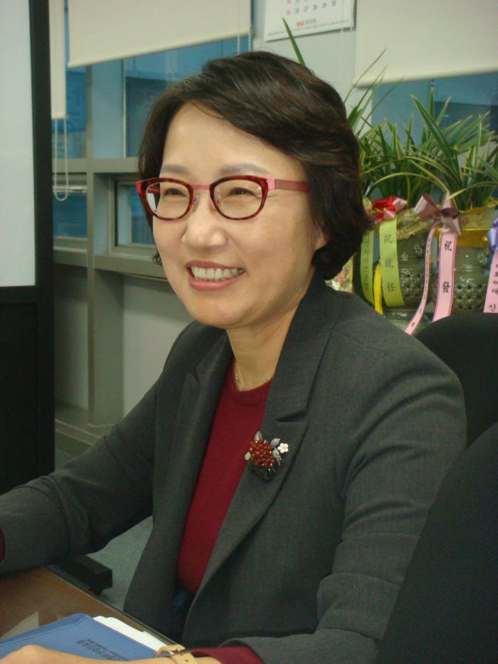 이인숙 신임 부산정보산업진흥원장이 부산 IT산업 활성화 방안에 대해 설명하고 있다.