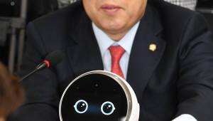 [2018국정감사]의원에게 하트인사하는 인공지능 로봇 '클로이'