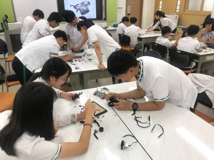 조선대 SW융합교육원은 10일부터 2018년 2학기 전남지역 중학교?대학 연계 동아리 활동 지원 프로그램을 시작했다.