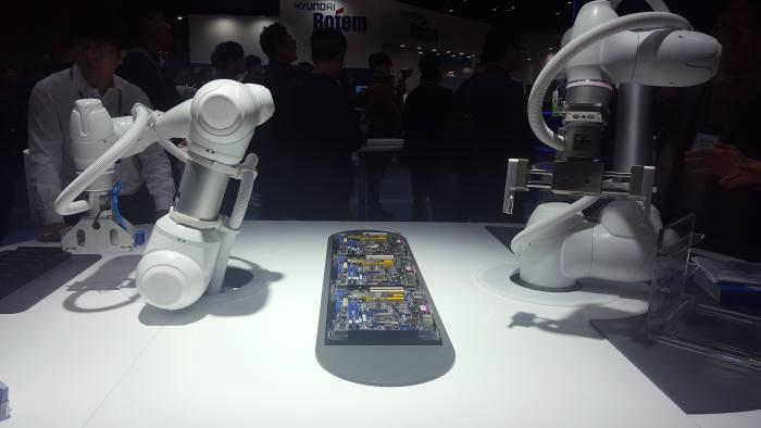 두산로보틱스 협동로봇 시연 장면