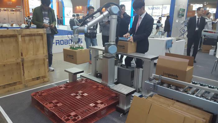 제팩이 포장 과정에서 협동로봇 활용 솔루션을 시연하고 있다.