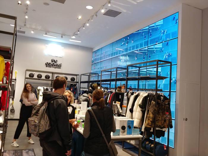 LG전자가 미국 백화점 블루밍데일즈 뉴욕 맨해튼 지점에 설치한 OLED 사이니지.