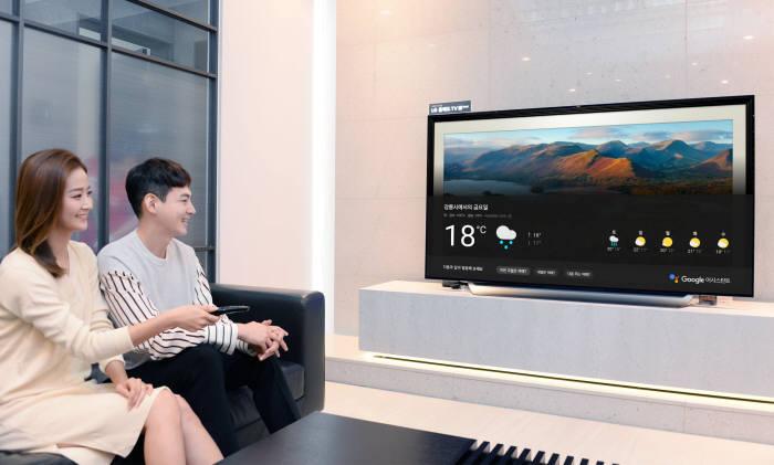 서울시 강남구 LG 베스트샵 강남본점에서 고객들이 LG 올레드 TV AI 씽큐의 대화면을 통해 구글 어시스턴트 한국어 서비스를 이용하고 있다.