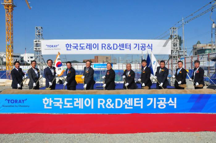 이영관 도레이첨단소재 대표(가운데) 등 회사 관계자들이 11일 열린 기공식에서 첫 삽을 뜨고 있다.(제공: 한국도레이)