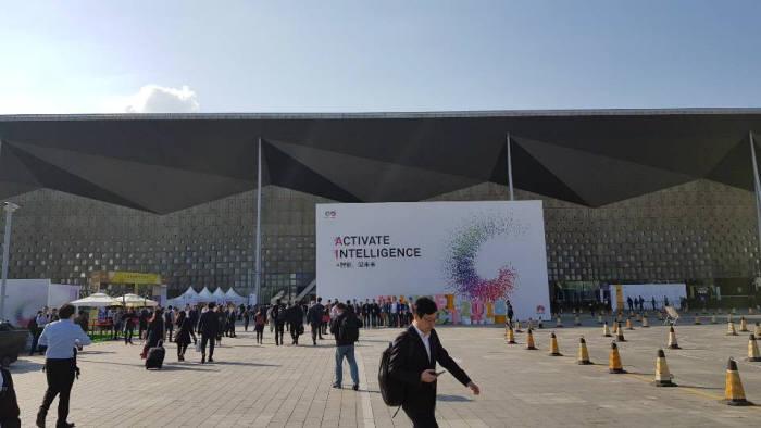 쾌청한 날씨 속에 상하이 월드 엑스포 컨벤션 센터가 웅장한 모습을 드러냈다. 화웨이가 화웨이 커넥트 2018을 개최하는 곳이다. 입구 대형 조형물에 적힌 지능의 활성화(Activate Intelligence)란 문구는 이번 행사 주제가 인공지능(AI) 이라는 것을 알려준다.