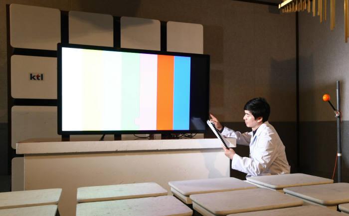KTL 연구원이 디스플레이 제품에 대한 시험평가를 진행하는 모습.