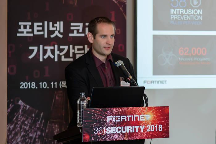 11일 서울 삼성동 코엑스인터컨티넨탈 호텔에서데릭 맨키 포티넷 글로벌 보안 전략가가 글로벌 위협 전망 보고서에 대해 설명하고 있다.