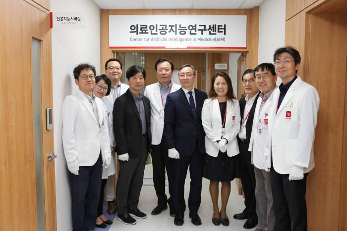 경북대병원이 11일 의료인공지능연구센터를 개소했다. 사진은 개소식 장면.