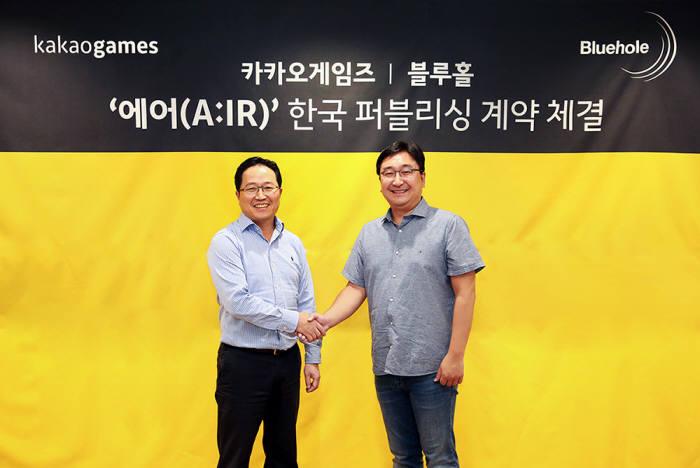 카카오게임즈 조계현(좌) 대표와 블루홀 김효섭(우) 대표가 에어 퍼블리싱 계약 체결 조인식에서 기념 촬영을 하고 있다