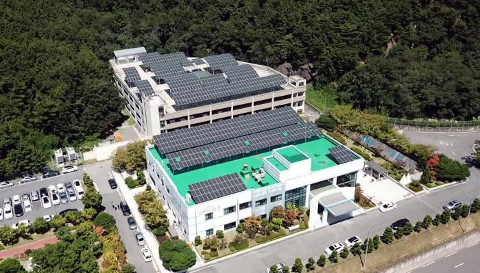 두산중공업 창원 본사 옥상에 설치된 태양광 발전설비.