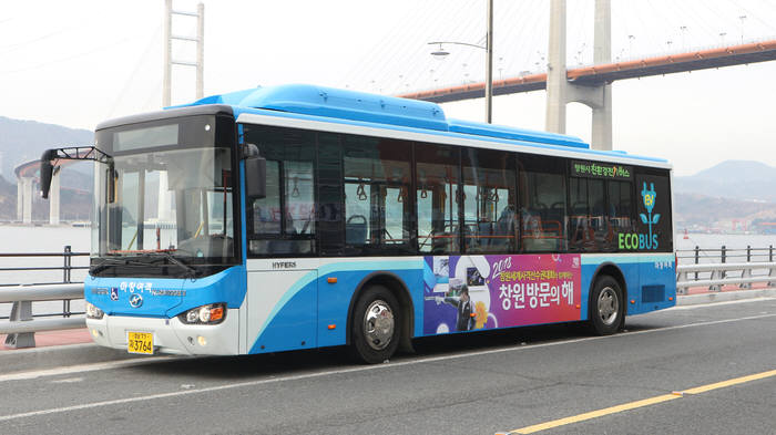 올해 서울시와 창원시 등 일반 버스 노선에 투입되는 중국 하이거 전기버스.