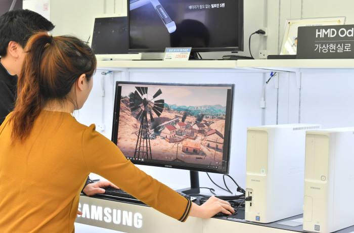 인텔 CPU 공급 부족과 가격 상승으로 공공조달 시장에서 PC 공급 사업이 차질을 빚고 있다. 조달청은 사무용 데스크톱 PC 공급난 해소를 위해 나라장터에서 2013년 중기간경쟁제품 분야 지정 후 처음으로 일반경쟁 분야로 전환했다. 17일 서울시내 한 가전매장에서 시민이 데스크톱 PC를 보고 있다. 박지호기자 jihopress@e