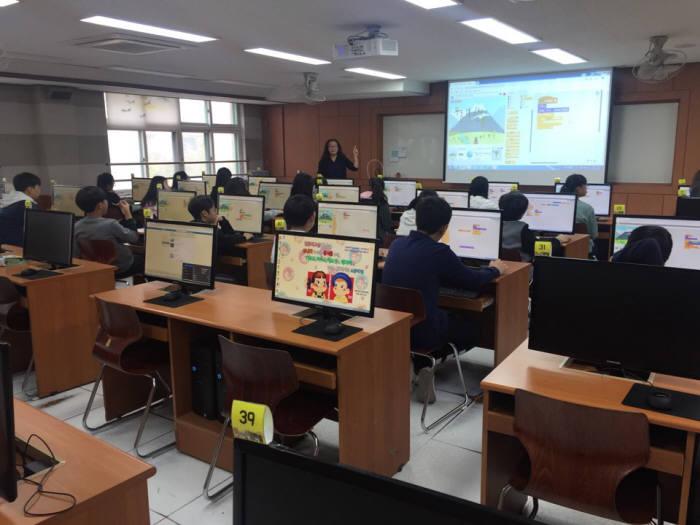 인천 인주초등학교 학생들이 컴퓨터 교실에서 소프트웨어(SW) 수업을 듣고 있다. 인자람 전문 강사가 학생들에게 스크래치 기본 등을 설명하고 있다.